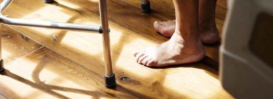 stara-osoba-hodalica-noge
