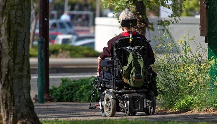 Čovek u invalidskim kolicima
