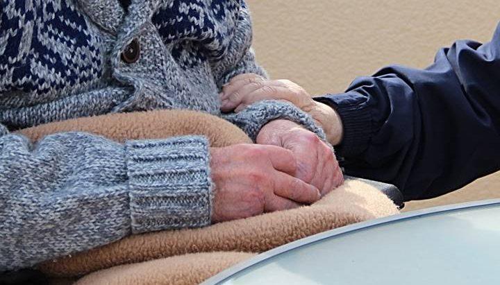 Deda brine o babi u teškom stanju