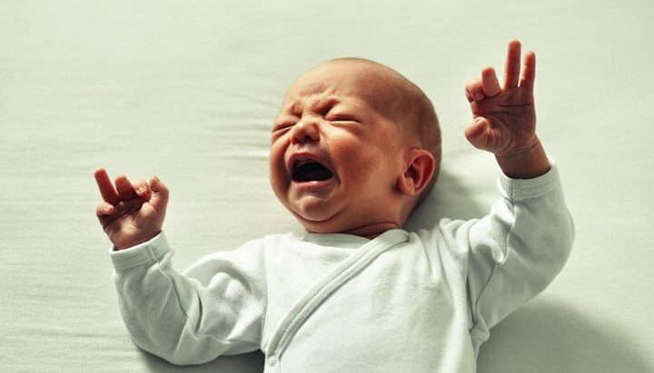Mala beba plače