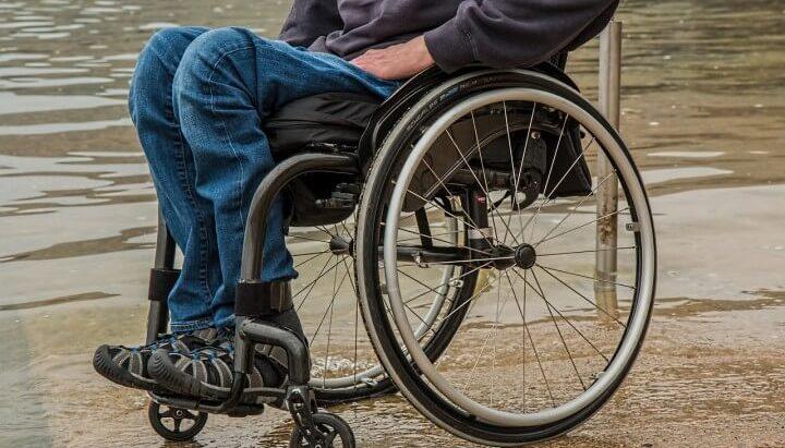 covek u invalidskim kolicima