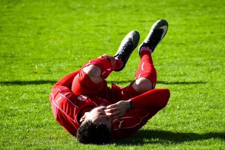 Fudbaler sa povredom kolena