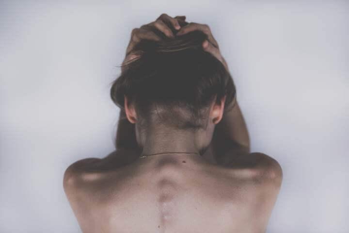 Devojka savijenih leđa