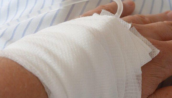 primanje infuzije u fuku koja je previjena belim zavojem