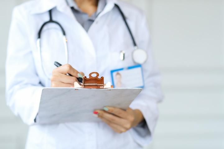 Doktorka pregleda analizu testa spirometrije