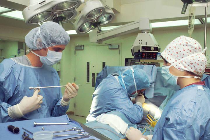 Lekari u operacionoj sali u opremi